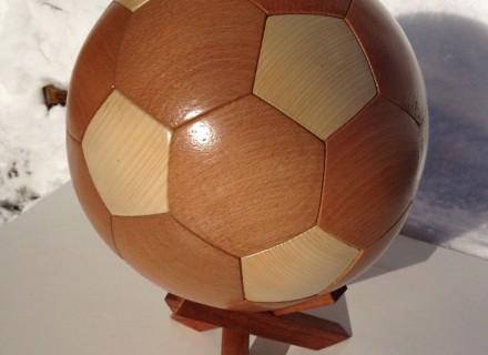 Ballon-tirelire en bois