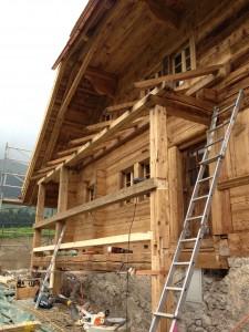 Pose d'un balcon en vieux bois2